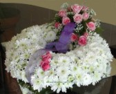 Deliver a round wreath in white and purple - click to enlarge